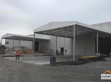 Realizzazione di una tettoia mobile per carico e scarico merci con larghezza di 12 m, profondità di 13 m e altezza di 5,5 m