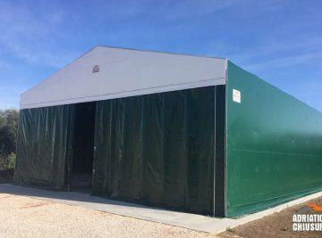 capannone fisso con una larghezza di 12 m, profondità di 21 m e altezza di 4,2 m uso come copertura fissa ideale per lo stoccaggio del materiale in consegna.